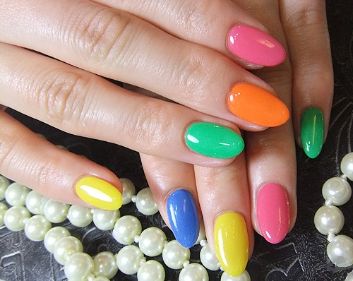 Маникюр с разноцветными лаками фото